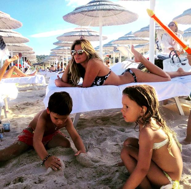 1440161394_claudia_galanti_tal_harlow_e_liam_in_spiaggia