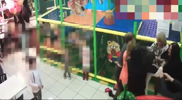 Litigio tra bimbi si trasforma in rissa tra mamme, video virale