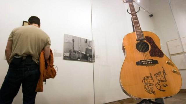 La chitarra di John Lennon venduta all'asta.