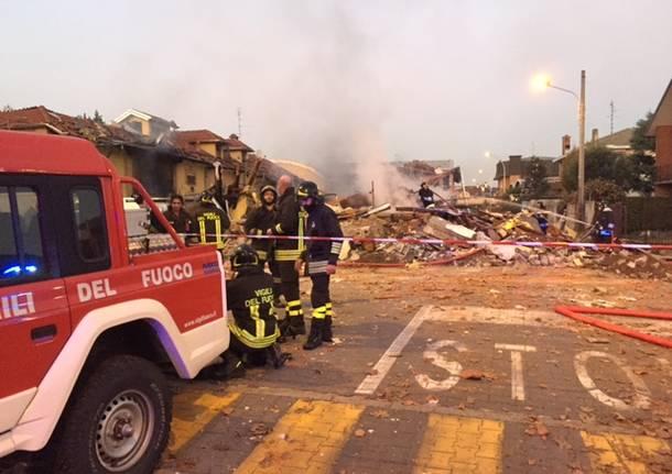 L'esplosione della tubatura del gas è avvenuta a Cantalupo, frazione di Cerro Maggiore e a pochi chilometri da Legnano e dalla provincia di Varese. Tre i feriti.