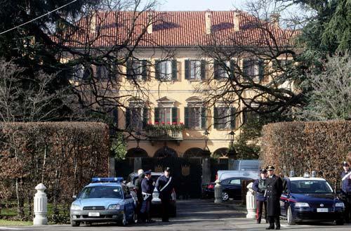Arcore imprenditore 30enne disperato si da fuoco davanti villa Silvio Berlusconi
