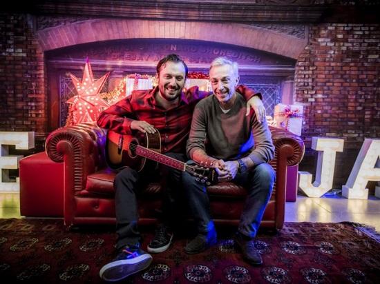 Cesare Cremonini firma la canzone di Natale di Radio Deejay Eccolo qua il Natale Video