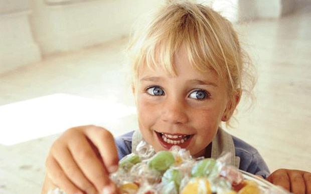 Zucchero pericoloso per i bambini: l'allarme dell'Unione Europea