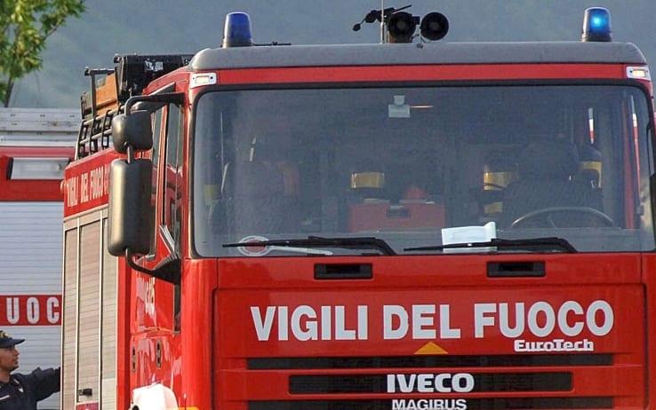 Napoli, a fuoco una palazzina: donna muore lanciandosi nel vuoto