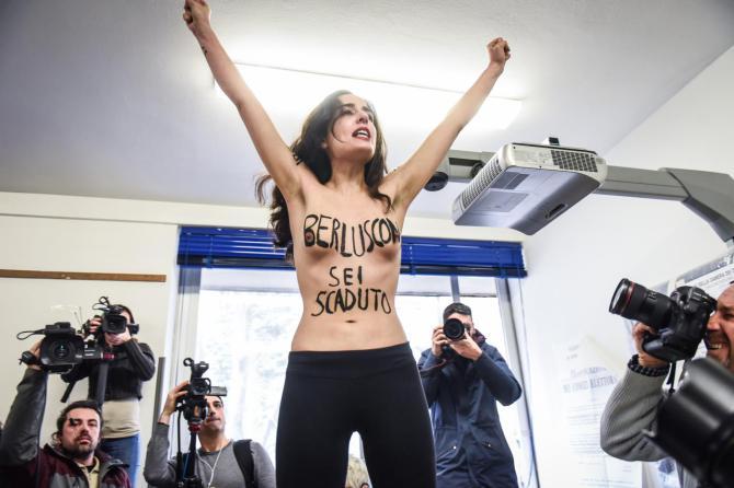 Femen a seno nudo contro berlusconi
